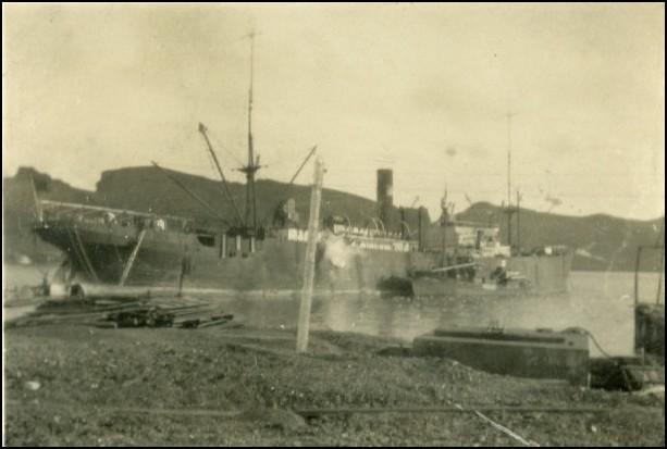 Maudie, tilhørende rederiet Hvalen fra Tønsberg i havnen på Deception. Foto Rolf Dahl.