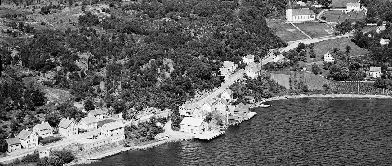 Flyfoto av Skjoldavik 1954. Tilhører Nasjonalbiblioteket. Utgitt av Widerøes Flyveselskap AS