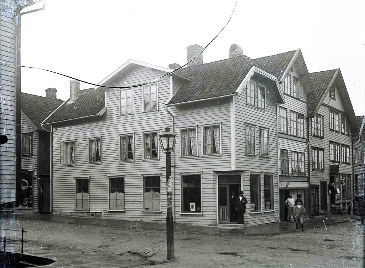 Holger ved inngangen til butikken og huset. Tilhører Haugalandmuseet. Ukjent fotograf