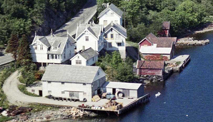Utsnitt av flyfoto Skjoldavik 1963. Tilhører Nasjonalbiblioteket. Utgitt av Widerøes Flyveselskap AS