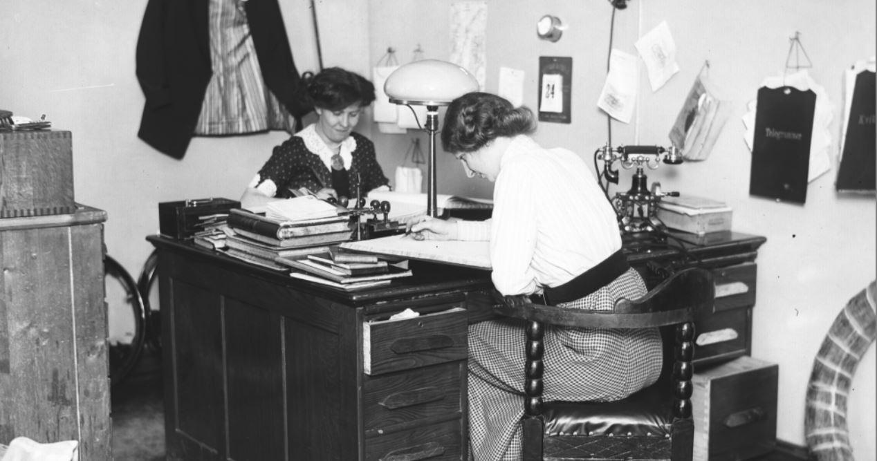 To damer som jobber på kontor - gammelt svart/hvitt bilde
